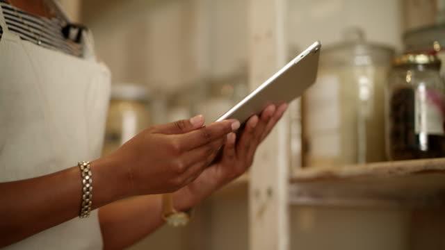 vídeos de stock, filmes e b-roll de eu faço a maior parte do marketing no meu tablet digital - atividade