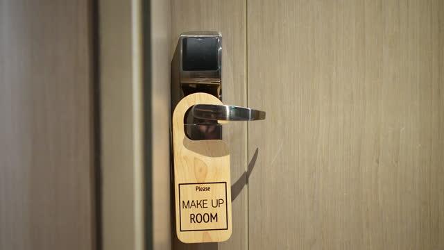 vídeos de stock, filmes e b-roll de não perturbe o sinal no hotel do quarto. conceito de vídeo de ações de férias - etiqueta mensagem