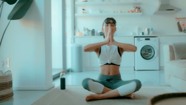 machen sie yoga, um ihnen mit ihrer angst zu helfen - gebetsposition stock-videos und b-roll-filmmaterial