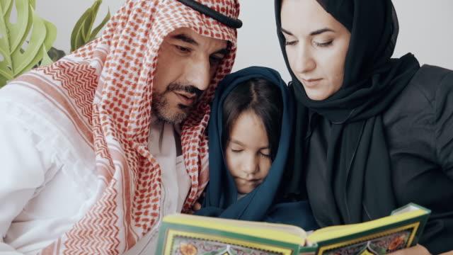 vidéos et rushes de pensez-vous que notre fille a raison de prier. - islam