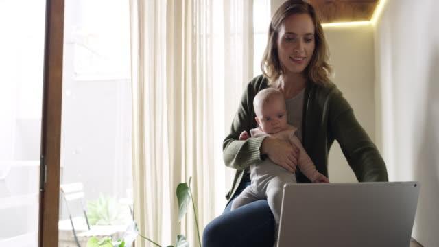 vídeos de stock e filmes b-roll de do you want to see what mom's doing? - mãe solteira