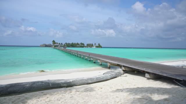 ms dock over sunny,tropical blue ocean,maldives - località turistica video stock e b–roll
