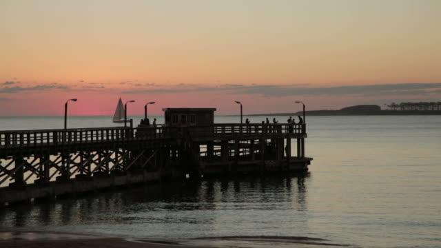 Dock-Sonnenuntergang und Segelschiff.