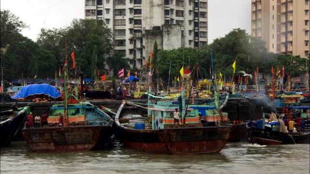 vídeos y material grabado en eventos de stock de docked boats sway in the water. available in hd. - balancearse