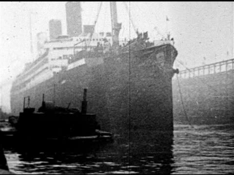 vidéos et rushes de docked transport ship w/ soldiers waving from deck ms sergeant alvin c york standing on deck in uniform world war i first world war the war to end... - 1910 1919