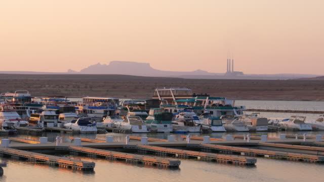 vidéos et rushes de docks and boats in lake marina at sunset / lake powell, arizona, united states - lac powell