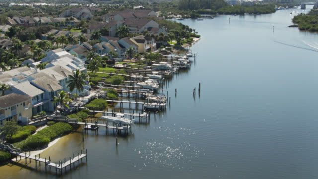 docks and houses in jupiter harbour marina - aerial - jachthafen stock-videos und b-roll-filmmaterial