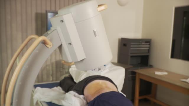 ms zi pan td doctor administering epidural anesthetic to woman / south burlington, vermont, usa - burlington vermont bildbanksvideor och videomaterial från bakom kulisserna