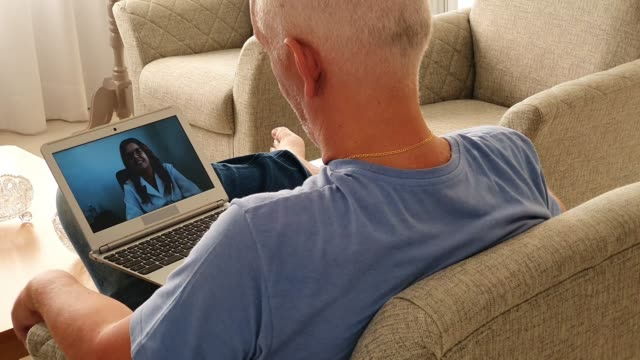 vídeos de stock, filmes e b-roll de doutor um paciente em uma chamada de vídeo. conferência web. - jaleco de laboratório