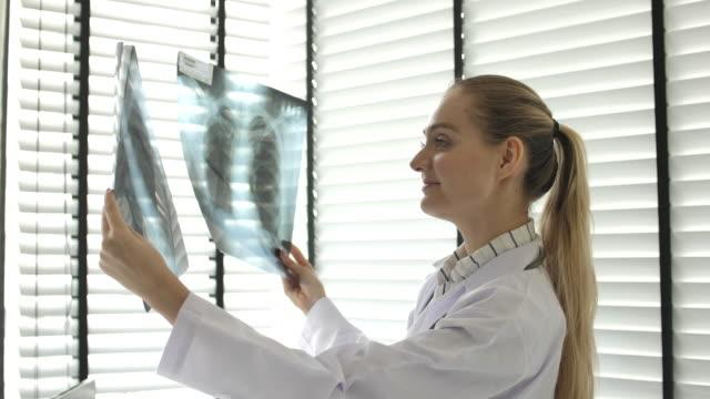 vidéos et rushes de docteur analysant sur l'image de rayon x - urgence
