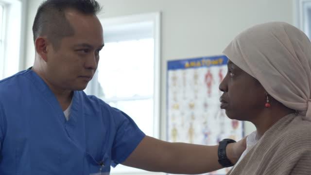 医師と患者が検査結果について話し合う - 白血病点の映像素材/bロール