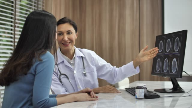 vídeos de stock, filmes e b-roll de médico e paciente discussão sobre imagem raio x - cabelo castanho