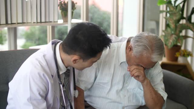カウンセリングセッションで医師と患者、患者を奨励 - 不確か点の映像素材/bロール