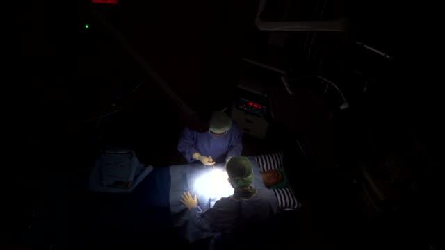 stockvideo's en b-roll-footage met arts en patiënt in het bovenaanzicht van de kamer ziekenhuis - operatiekamer