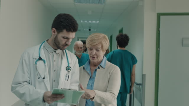 vidéos et rushes de le docteur et le patient parlant à l'hôpital - chirurgien