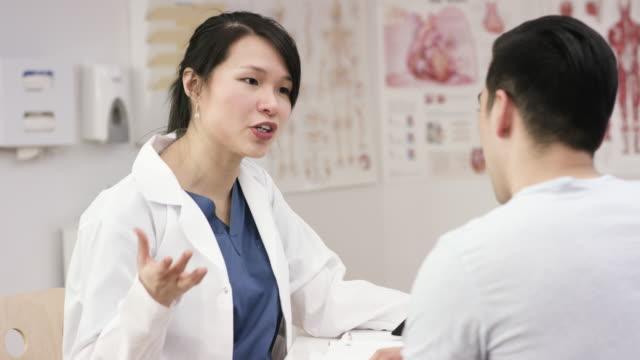 医者と患者 - 説明する点の映像素材/bロール