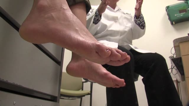 stockvideo's en b-roll-footage met ktxl doctor checking woman's feet - blootvoets