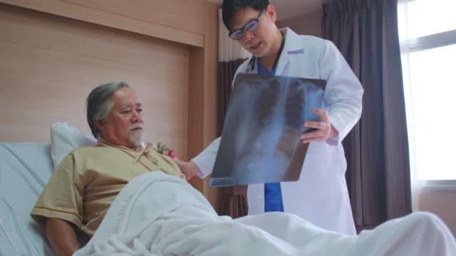 vidéos et rushes de doctor come to visit patient and talking about x-ray film. - poumon humain