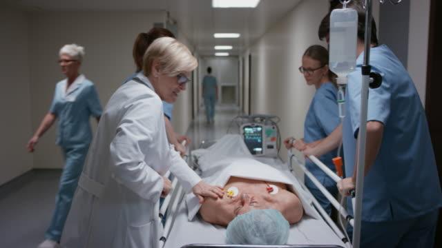DS Arzt komfortable Patienten auf dem Weg zum Operationssaal