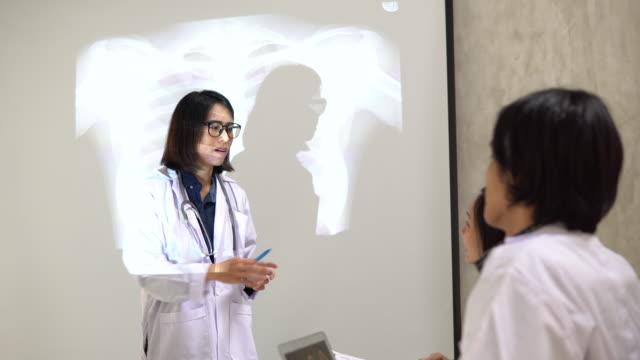 läkarkonferens - 10 seconds or greater bildbanksvideor och videomaterial från bakom kulisserna