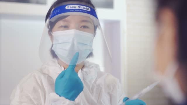 vídeos de stock e filmes b-roll de doctor did a nucleic acid test for the pupils - epidemiologia