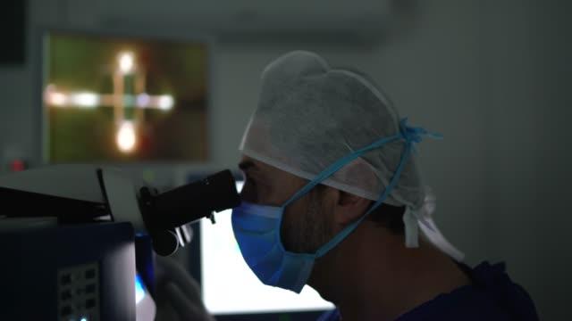 vídeos y material grabado en eventos de stock de médico haciendo un examen o cirugía, mirando imágenes en onitor - quirófano