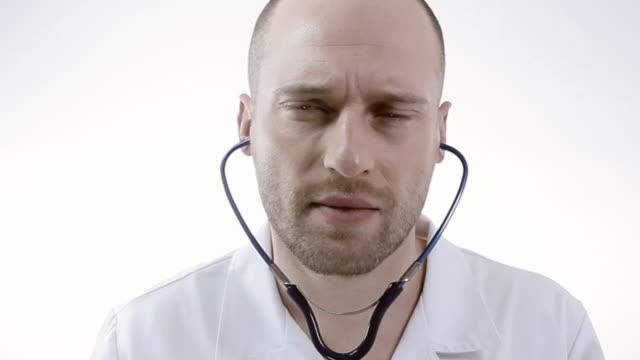 vídeos y material grabado en eventos de stock de médico examina - barba de tres días