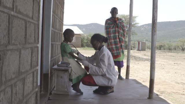 vidéos et rushes de doctor examining child patient at clinic. kenya, africa - centre médical