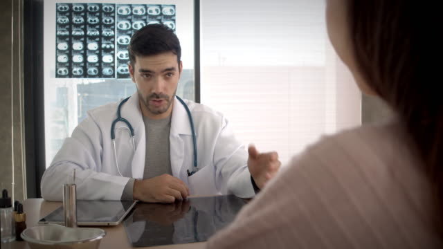 vídeos y material grabado en eventos de stock de médico examinando al paciente - radiographer