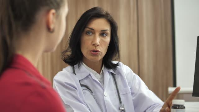 Arts uit te leggen medicatie om oude vrouw patiënt, arts overleg met de patiënt