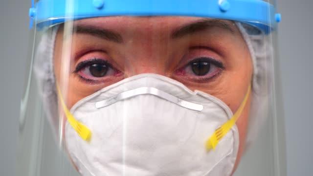 vídeos y material grabado en eventos de stock de el médico se enfrenta al coronavirus covid 19 nuevo brote de virus corona - gafas panoramicas