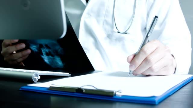 vídeos de stock e filmes b-roll de médico preencher o formulário de médico - paramédico