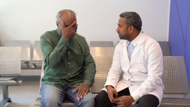 vidéos et rushes de médecin donnant de mauvaises nouvelles au patient à l'hôpital - mauvaise nouvelle