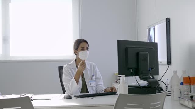 vídeos de stock, filmes e b-roll de médico tem sessão de telemedicina com paciente - jaleco de laboratório