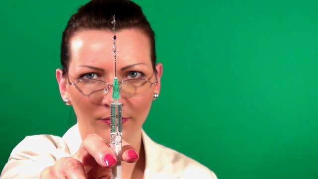 vidéos et rushes de médecin tenant la seringue - infirmière