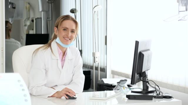 vídeos de stock, filmes e b-roll de médico no escritório trabalhando no computador - dermatologia