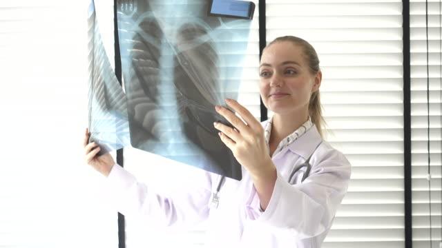 vídeos de stock, filmes e b-roll de médico olhando para o raio-x - usa