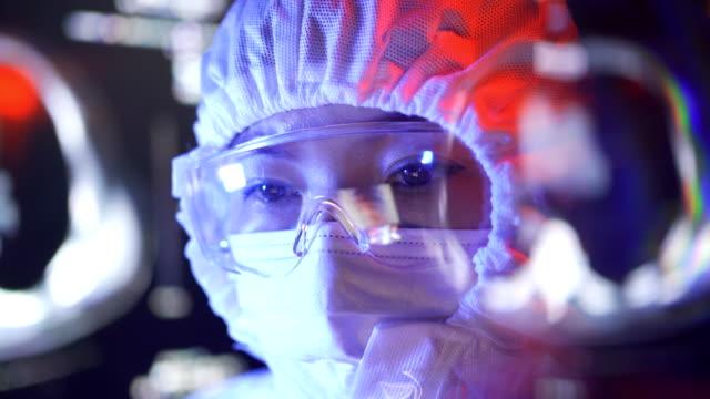 ウイルスラボでの医師探しct検査画像 - 重症急性呼吸器症候群点の映像素材/bロール