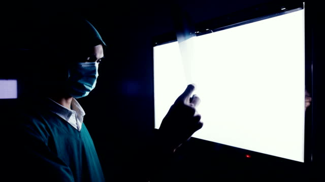 vídeos de stock e filmes b-roll de doctor looks at x-rays - raio x