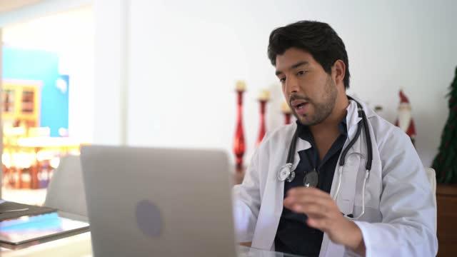 vídeos de stock, filmes e b-roll de médico fazendo uma consulta online por vídeo chat - exame