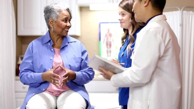 vídeos y material grabado en eventos de stock de doctor, enfermera y paciente adulto mayor en el cargo, clínica. - edificio médico