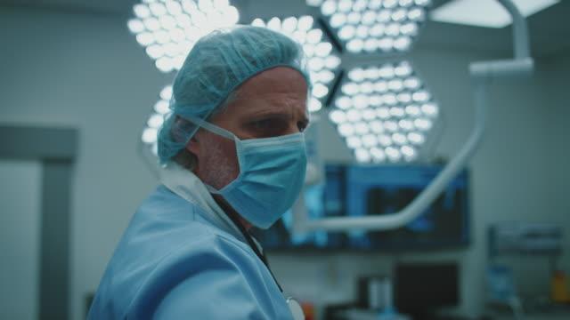 arzt-betriebsgeräte während der behandlung des patienten - chirurg stock-videos und b-roll-filmmaterial
