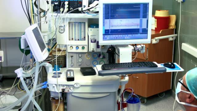 vídeos de stock, filmes e b-roll de médico diz paciente vital de indicadores - pulsating energy