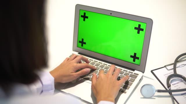 vídeos de stock, filmes e b-roll de médico pesquisador digital tablet tela verde - 10 seconds or greater