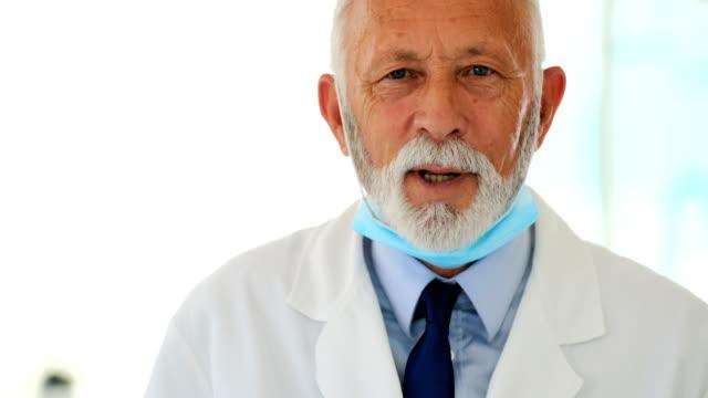 vídeos de stock, filmes e b-roll de doutor que fala à câmera. - dentista