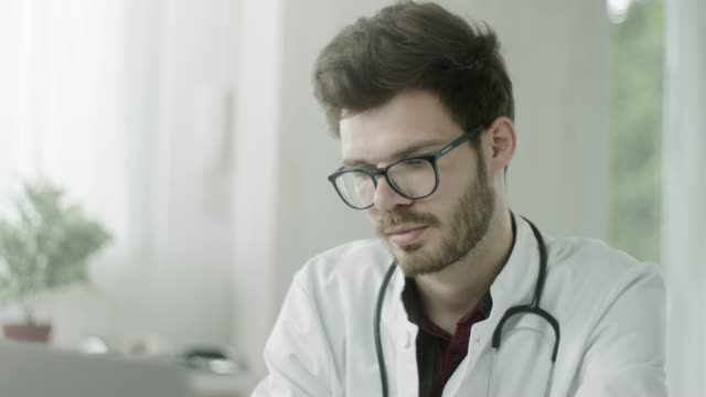 stockvideo's en b-roll-footage met dokter studeren behandelingsmethoden op laptop - diploma