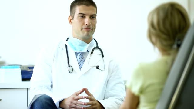 Arzt im Gespräch mit einem Patienten.