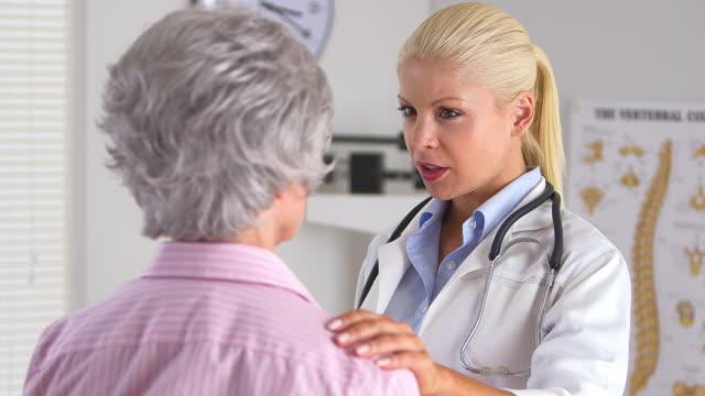 doctor talking to elderly female patient - patientin stock-videos und b-roll-filmmaterial