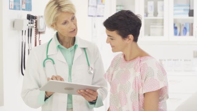 doctor talking to female patient - 産科医点の映像素材/bロール