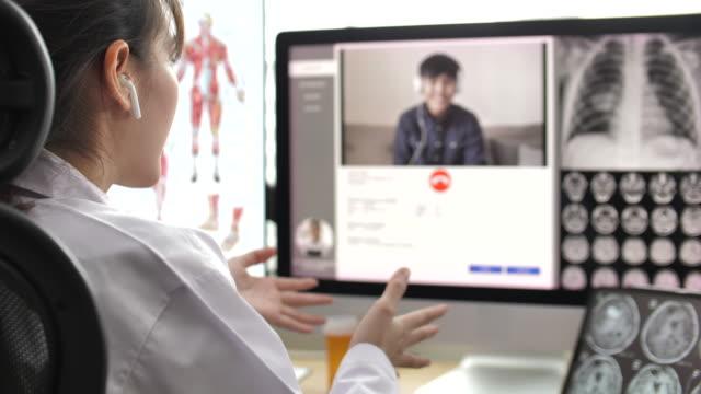 arzt im gespräch mit patient per video anruf auf ihrem computer im krankenhaus, telemedizin konzept - visit stock-videos und b-roll-filmmaterial